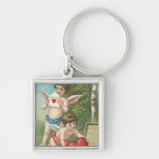 Dos Cupids del vintage que entregan corazones Llavero Cuadrado Plateado