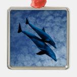 Dos delfínes que nadan en el mar adorno de navidad