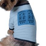 dos edificios en azul camisa de perro