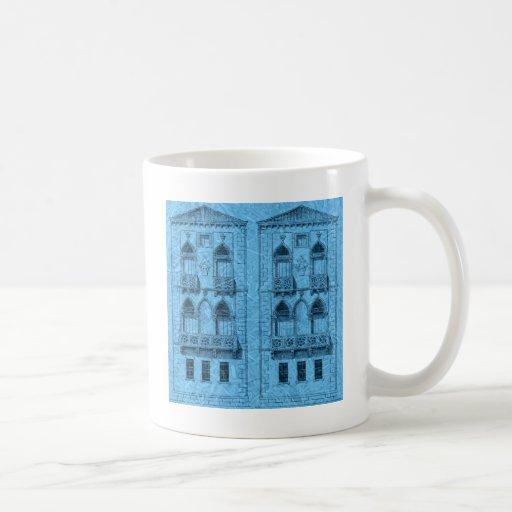 dos edificios en azul taza básica blanca