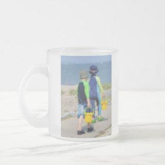 Dos en la playa taza de café esmerilada