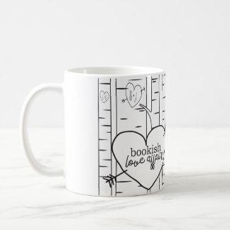 Dos entonaron la taza de café estudiosa del