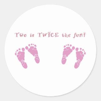 Dos es dos veces la diversión - chicas gemelos pegatina redonda