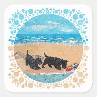 Dos escoceses en la playa pegatina cuadrada