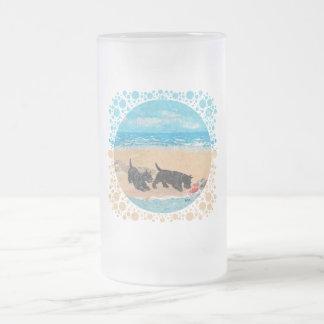 Dos escoceses en la playa taza de cristal