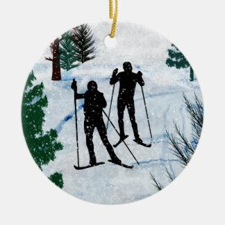 Dos esquiadores del campo a través adorno de reyes