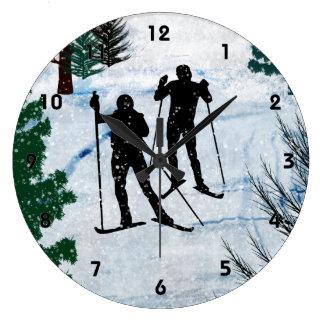 Dos esquiadores del campo a través en chubasco de  relojes