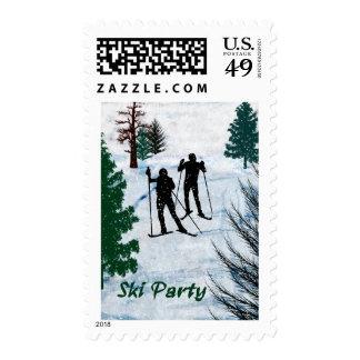 Dos esquiadores del campo a través en fiesta de sello postal