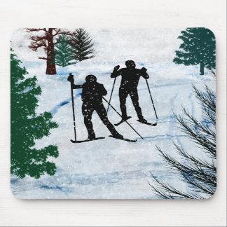 Dos esquiadores del campo a través tapetes de raton