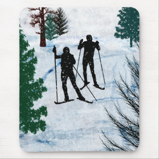 Dos esquiadores del campo a través mousepad