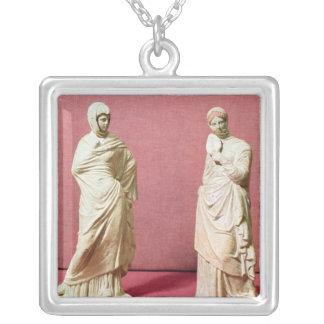 Dos estatuas de mujeres derechas de Tanagra Colgante Cuadrado