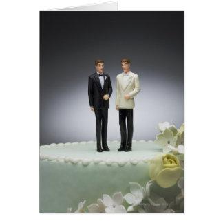 Dos estatuillas del novio encima del pastel de bod tarjetas