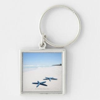Dos estrellas de mar azules en el borde del agua e llaveros personalizados