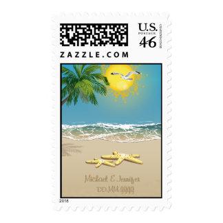 Dos estrellas de mar en la playa ahorran el sello
