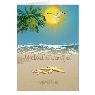 Dos estrellas de mar en la playa ahorran la tarjet tarjeton