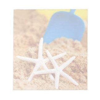 Dos estrellas de mar en la playa bloc de papel