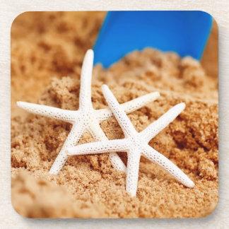Dos estrellas de mar en la playa posavaso