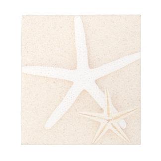 Dos estrellas de mar en una playa blocs de papel