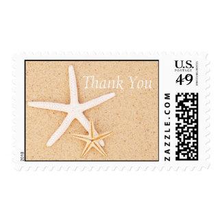 Dos estrellas de mar en una playa le agradecen sellos postales