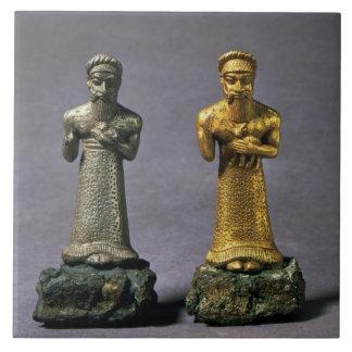 Dos figurillas de los hombres que llevan ofrendas  tejas  cerámicas