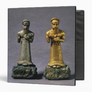 Dos figurillas de los hombres que llevan ofrendas