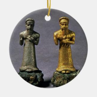 Dos figurillas de los hombres que llevan ofrendas adorno redondo de cerámica