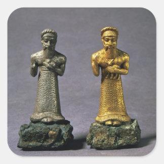 Dos figurillas de los hombres que llevan ofrendas pegatina cuadrada