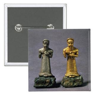 Dos figurillas de los hombres que llevan ofrendas  pin cuadrado