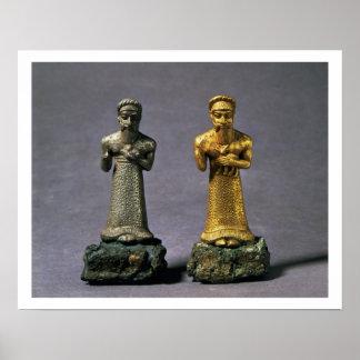 Dos figurillas de los hombres que llevan ofrendas  póster