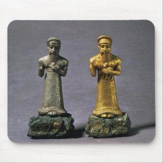 Dos figurillas de los hombres que llevan ofrendas  alfombrillas de raton