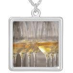 dos filas de los vidrios de la degustación de collar plateado