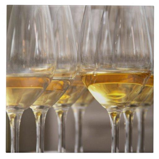 dos filas de los vidrios de la degustación de vino azulejo ceramica