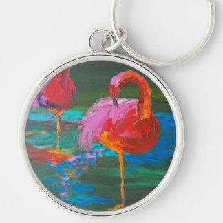 Dos flamencos rosados en el lago verde (arte de K. Llavero Redondo Plateado