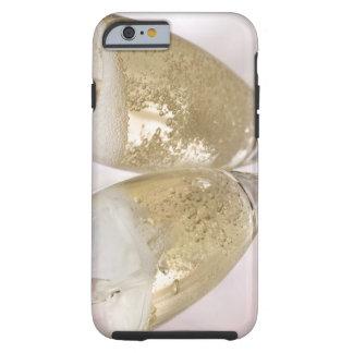 Dos flautas de champán que son llenadas de funda para iPhone 6 tough