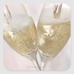 Dos flautas de champán que son llenadas de calcomanía cuadradas personalizada