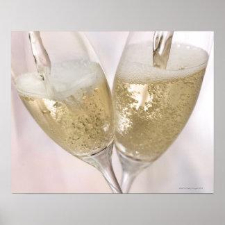 Dos flautas de champán que son llenadas de póster