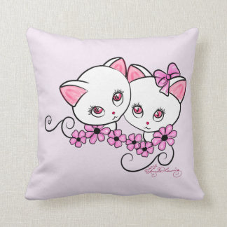 Dos gatitos lindos con rosa de las margaritas almohadas