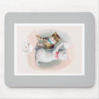 Dos gatitos lindos que abren el correo; Arte del Tapetes De Raton