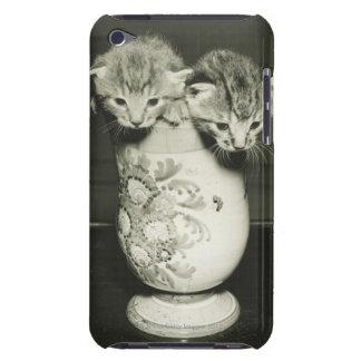 Dos gatitos que ocultan en florero, (B&W) iPod Touch Case-Mate Coberturas