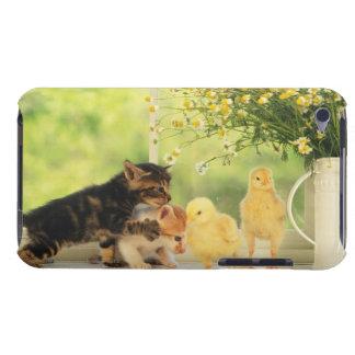 Dos gatitos y dos polluelos que juegan, vista Case-Mate iPod touch protector