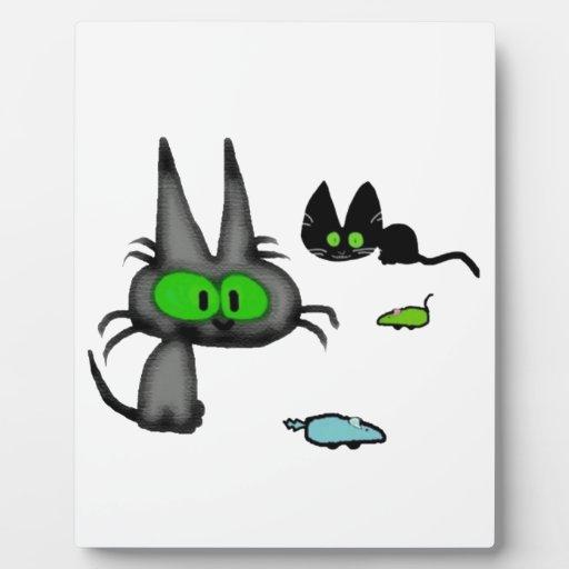 Dos gatos con allí los juguetes del ratón placa de plastico