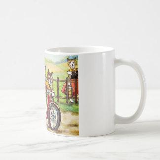 Dos gatos en una motocicleta taza de café