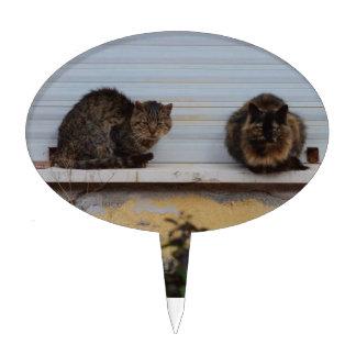 Dos gatos en una repisa de la ventana figuras de tarta