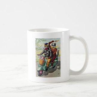 Dos gatos en una vespa taza de café