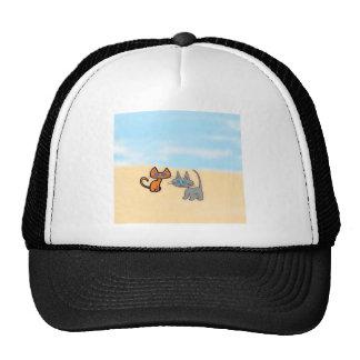 Dos gatos que disfrutan del verano en la playa gorra