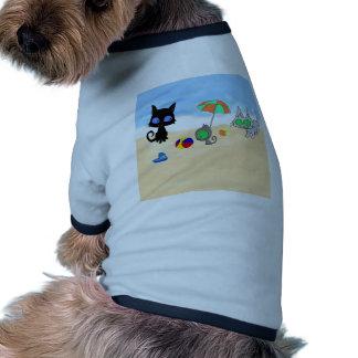 Dos gatos y un gatito en la playa ropa para mascota