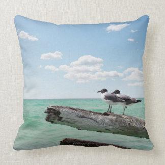 Dos gaviotas que se sientan en un árbol muerto que almohada