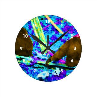 dos gorilas que sientan gotas coloreadas brillante reloj redondo mediano