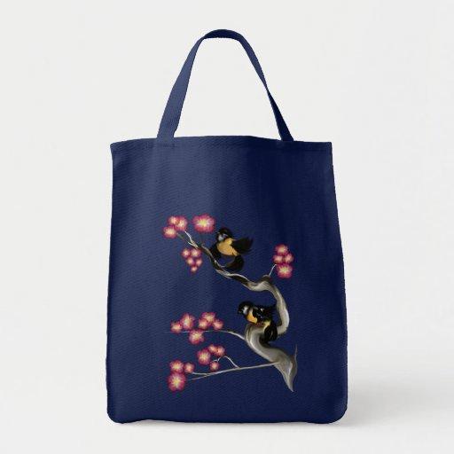 Dos gorriones en una rama empaquetan bolsa