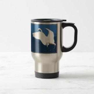 Dos grandes Egrets que hacen frente a la taza